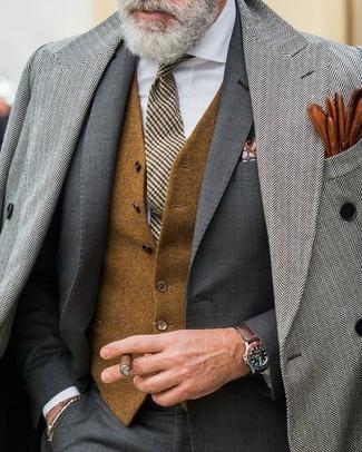 Cómo combinar: abrigo largo de espiguilla gris, traje en gris oscuro, chaleco de vestir de lana marrón, camisa de vestir blanca