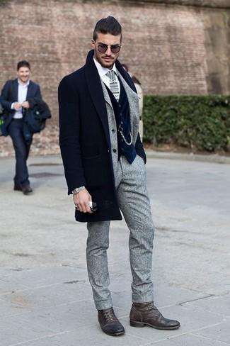 Cómo combinar: abrigo largo azul marino, traje de lana gris, chaleco de vestir de terciopelo azul marino, camisa de vestir blanca