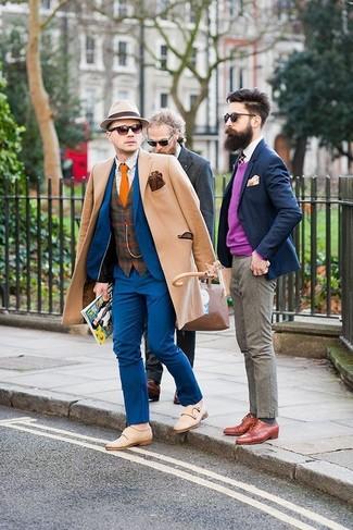 Cómo combinar: abrigo largo marrón claro, traje azul, chaleco de vestir de lana de tartán marrón, camisa de manga larga estampada en beige