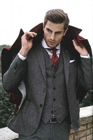 Cómo combinar: abrigo largo burdeos, traje de tres piezas de lana gris, camisa de vestir blanca, corbata a lunares burdeos