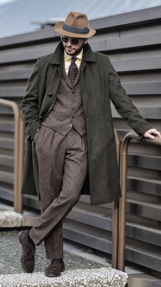 Cómo combinar: abrigo largo verde oliva, traje de tres piezas de lana marrón, camisa de vestir amarilla, zapatos derby de ante en marrón oscuro
