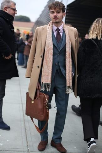 Cómo combinar: abrigo largo marrón claro, traje de tres piezas gris, camisa de vestir rosada, mocasín de ante marrón