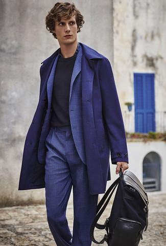 Cómo combinar: abrigo largo azul marino, traje de tartán azul, jersey con cuello circular negro, camisa de vestir de tartán azul marino