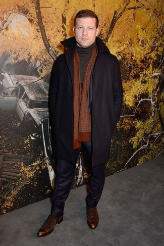 Cómo combinar: abrigo largo negro, traje azul marino, jersey de cuello alto negro, zapatos oxford de ante en marrón oscuro