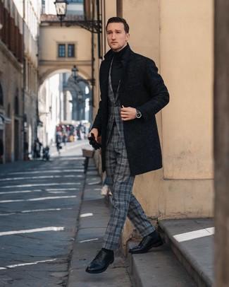 Cómo combinar: abrigo largo negro, traje de tartán gris, jersey de cuello alto negro, zapatos derby de cuero negros