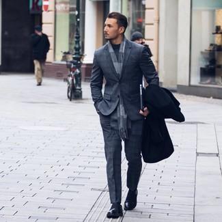 Cómo combinar: abrigo largo negro, traje de tartán en gris oscuro, jersey de cuello alto en gris oscuro, mocasín de cuero negro