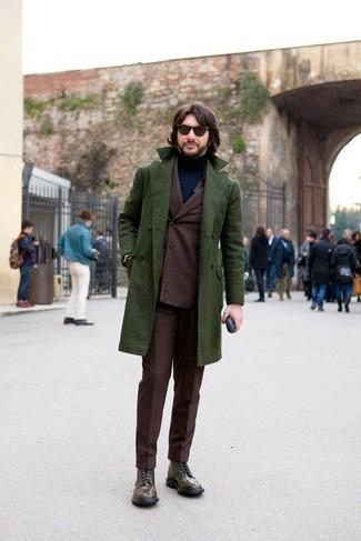 Cómo combinar: abrigo largo verde oscuro, traje en marrón oscuro, jersey de cuello alto azul marino, botas casual de cuero en marrón oscuro