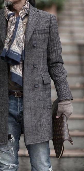Cómo combinar: abrigo largo de tartán en gris oscuro, vaqueros pitillo desgastados azules, bolso con cremallera de cuero estampado en marrón oscuro, bufanda de paisley en beige