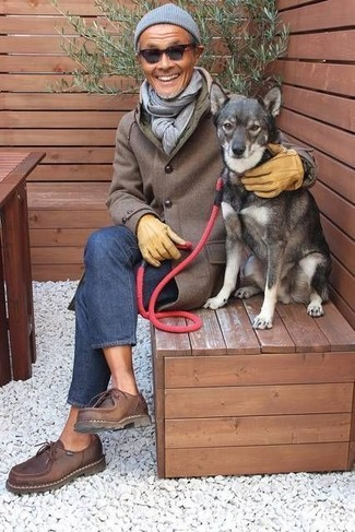 Cómo combinar: abrigo largo marrón, vaqueros azules, zapatos derby de cuero en marrón oscuro, gorro gris
