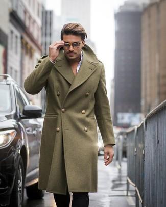 Cómo combinar: abrigo largo verde oliva, camisa de vestir blanca, pantalón de vestir negro, gafas de sol de leopardo marrónes
