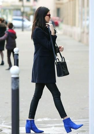 Un abrigo azul marino y unos leggings de cuero negros son prendas que debes tener en tu armario. ¿Te sientes ingenioso? Dale el toque final a tu atuendo con botines de ante azules.