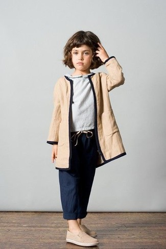 Cómo combinar: abrigo marrón claro, blusa de manga larga gris, pantalones azul marino, zapatillas en beige