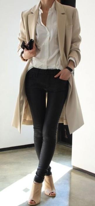 Elige un abrigo marrón claro y unos vaqueros pitillo de cuero negros para conseguir una apariencia glamurosa y elegante. Mezcle diferentes estilos con botas.