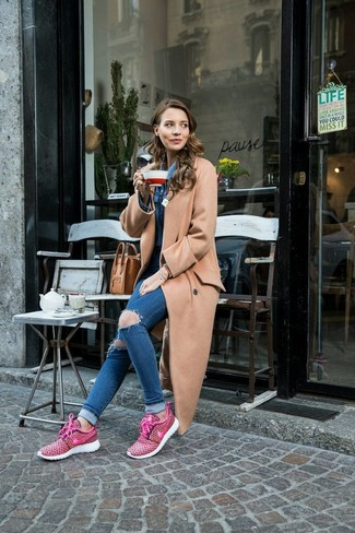 Cómo combinar: abrigo marrón claro, camisa vaquera azul, vaqueros pitillo desgastados azules, deportivas rosa