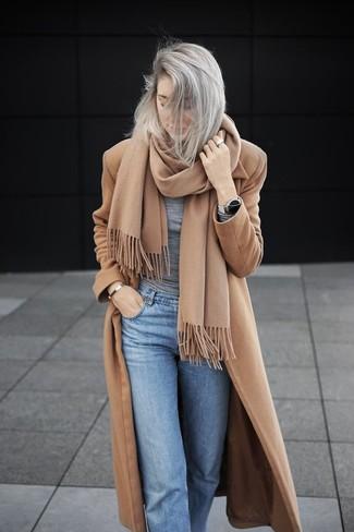 Cómo combinar: abrigo marrón claro, camiseta de manga larga gris, vaqueros celestes, bufanda marrón claro