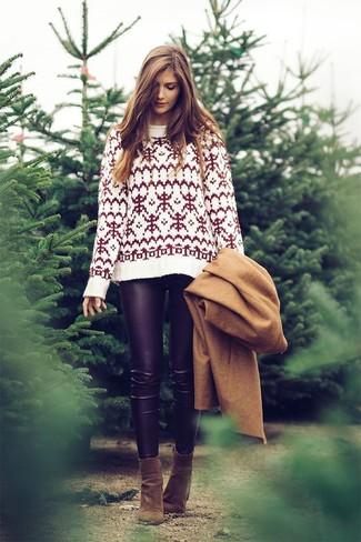 Cómo combinar: abrigo marrón claro, jersey con cuello circular de grecas alpinos blanco, leggings de cuero negros, botines de ante verde oliva