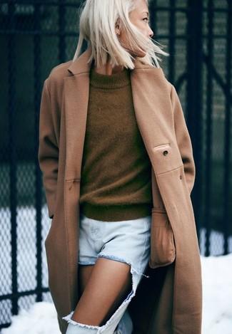 Cómo combinar: abrigo marrón claro, jersey con cuello circular verde oliva, vaqueros boyfriend desgastados celestes