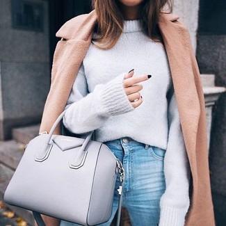 Cómo combinar: abrigo marrón claro, jersey oversized gris, vaqueros celestes, bolsa tote de cuero gris