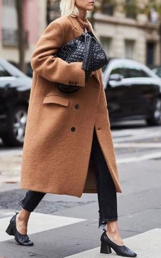 Cómo combinar: abrigo marrón claro, vaqueros negros, zapatos de tacón de cuero negros, bolsa tote de cuero acolchada negra