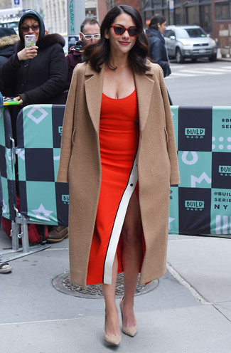 Unos Zapatos De Tacón De Vestir Con Un Vestido Rojo En Clima