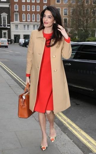 Cómo combinar: abrigo marrón claro, vestido tubo rojo, zapatos de tacón de cuero con print de flores en multicolor, bolsa tote de cuero en tabaco