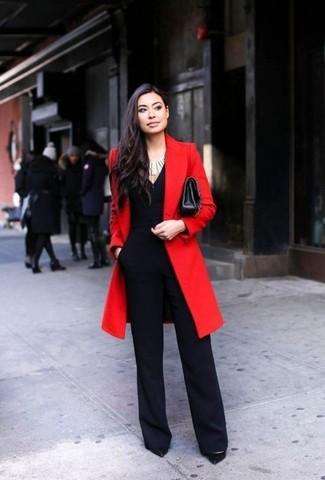 Cómo combinar: abrigo rojo, mono negro, zapatos de tacón de cuero negros, bolso bandolera de cuero negro
