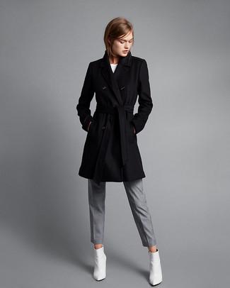Cómo combinar: abrigo negro, camiseta con cuello circular blanca, pantalón de vestir gris, tenis de cuero blancos