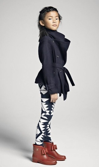 Cómo combinar: abrigo negro, leggings estampados en negro y blanco, botas de lluvia marrónes