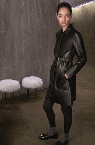 Cómo combinar: abrigo de cuero negro, mocasín con borlas de cuero negro, calcetines de lana en gris oscuro, medias de lana negras