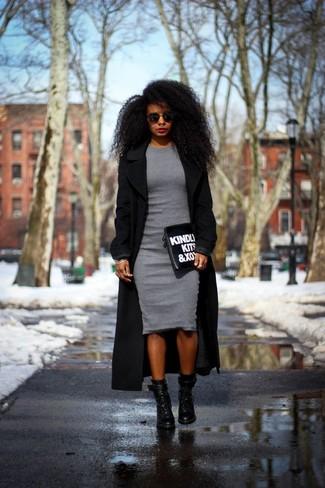 Vestido negro con abrigo gris