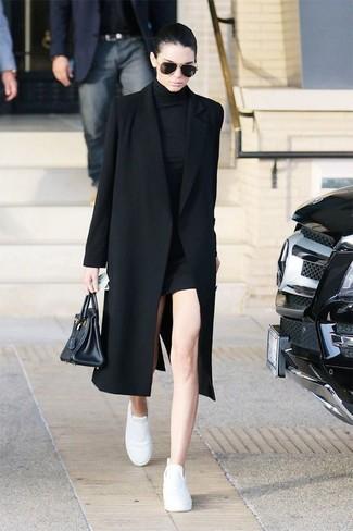 Vestido negro zapatos blancos