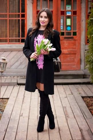 Cómo combinar: abrigo negro, vestido recto con print de flores en rosa y negro, botas sobre la rodilla de ante negras, bolso de hombre de cuero gris