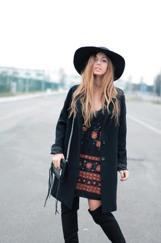 Cómo combinar: abrigo negro, vestido recto bordado negro, botas sobre la rodilla de ante negras, sombrero de lana negro