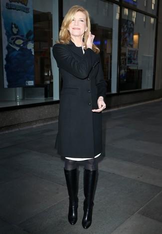Cómo combinar: abrigo negro, vestido tubo blanco, botas de caña alta de cuero negras, medias negras