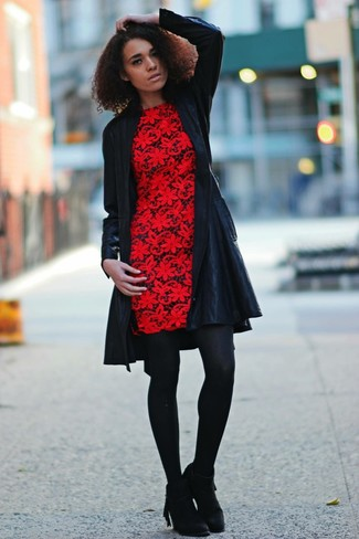 Cómo combinar: abrigo de cuero negro, vestido tubo de encaje rojo, botines de ante сon flecos negros, medias de lana negras