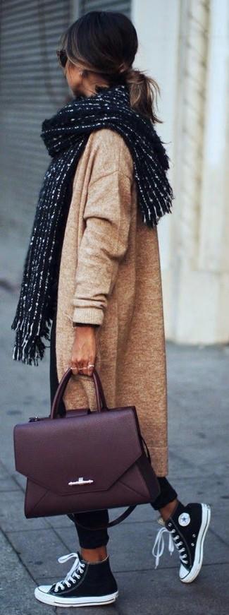 Cómo combinar: abrigo de punto marrón claro, pantalón chino negro, zapatillas altas de lona en negro y blanco, bolso de hombre de cuero burdeos