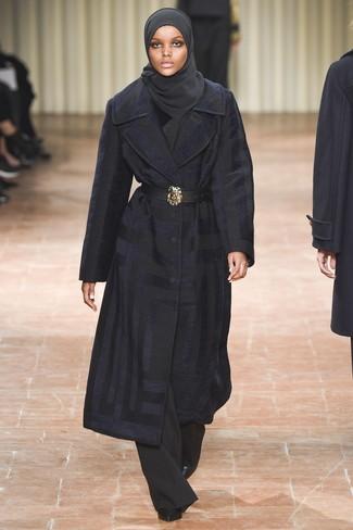 Cómo combinar: abrigo azul marino, pantalones anchos negros, botines de cuero negros, cinturón de cuero negro