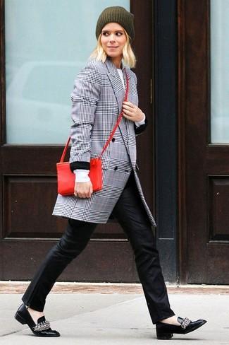 Cómo combinar: abrigo de tartán gris, pantalones pitillo de cuero negros, mocasín de cuero negros, bolso bandolera de cuero rojo