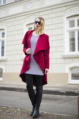 Cómo combinar: abrigo rojo, vestido casual de rayas horizontales en blanco y negro, leggings negros, botas sobre la rodilla de cuero negras