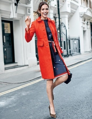 1d59c960 ... Look de moda: Abrigo rojo, Vestido tubo a lunares azul marino, Zapatos  de