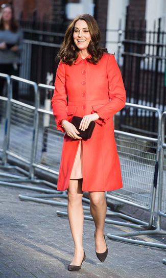 Cómo combinar: abrigo rojo, vestido tubo rosado, zapatos de tacón de ante negros, cartera sobre de ante negra