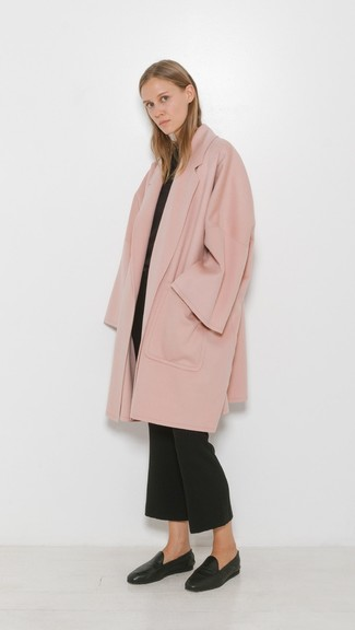 Cómo combinar: abrigo rosado, jersey con cuello circular negro, pantalón de campana negro, mocasín de cuero negros
