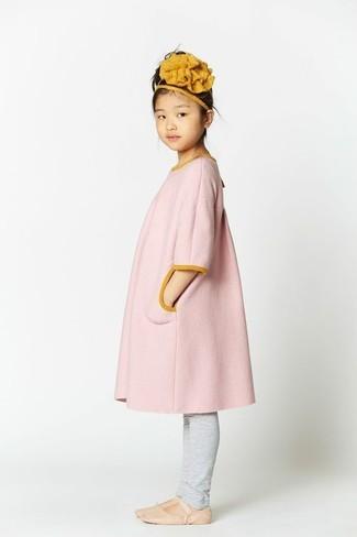 Cómo combinar: abrigo rosado, leggings grises, bailarinas en beige, cinta para la cabeza mostaza