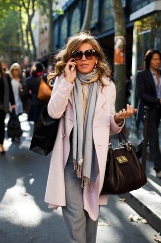 Cómo combinar: abrigo rosado, pantalón de vestir gris, bolsa tote de cuero negra, bufanda gris