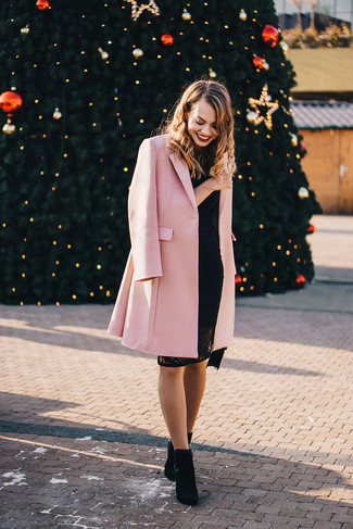 Cómo combinar: abrigo rosado, vestido ajustado de encaje negro, botines de ante negros