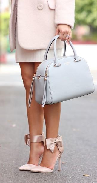 Cómo combinar: abrigo rosado, vestido jersey blanco, zapatos de tacón de satén en beige, bolso de hombre de cuero celeste