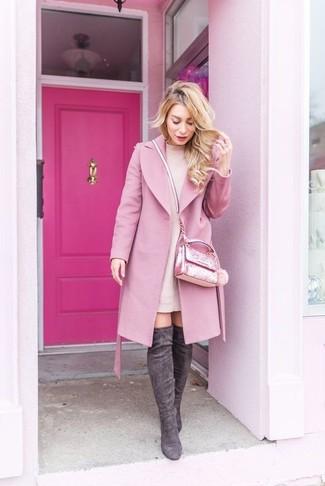 Cómo combinar: abrigo rosado, vestido jersey rosado, botas sobre la rodilla de ante en gris oscuro, bolso bandolera con adornos rosado