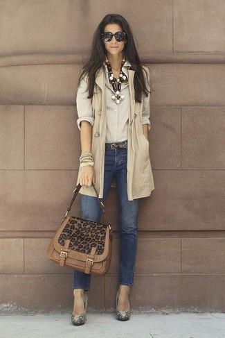 Cómo combinar: abrigo sin mangas en beige, camisa de vestir en beige, vaqueros pitillo azul marino, zapatos de tacón con adornos dorados