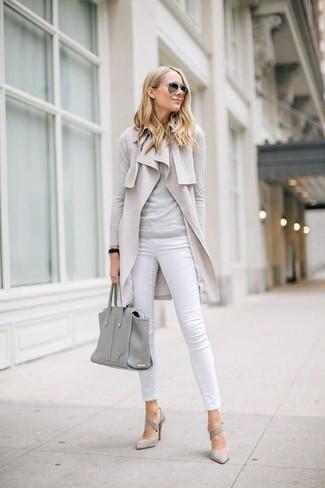 Cómo combinar: abrigo sin mangas en beige, jersey con cuello circular gris, vaqueros pitillo blancos, zapatos de tacón de ante grises