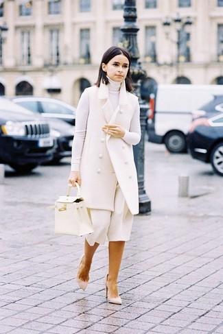 Cómo combinar: abrigo sin mangas blanco, jersey de cuello alto blanco, falda pantalón blanca, zapatos de tacón de ante en beige